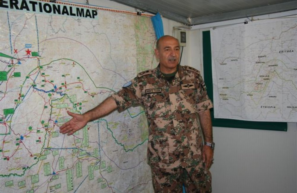 Force Commander Major General Mohammad Taisir Masadeh (Jordan) briefs peacekeepers at the Jordanian Headquarters in Barentu, Eritrea (UNMEE Photo: Ian Steele)