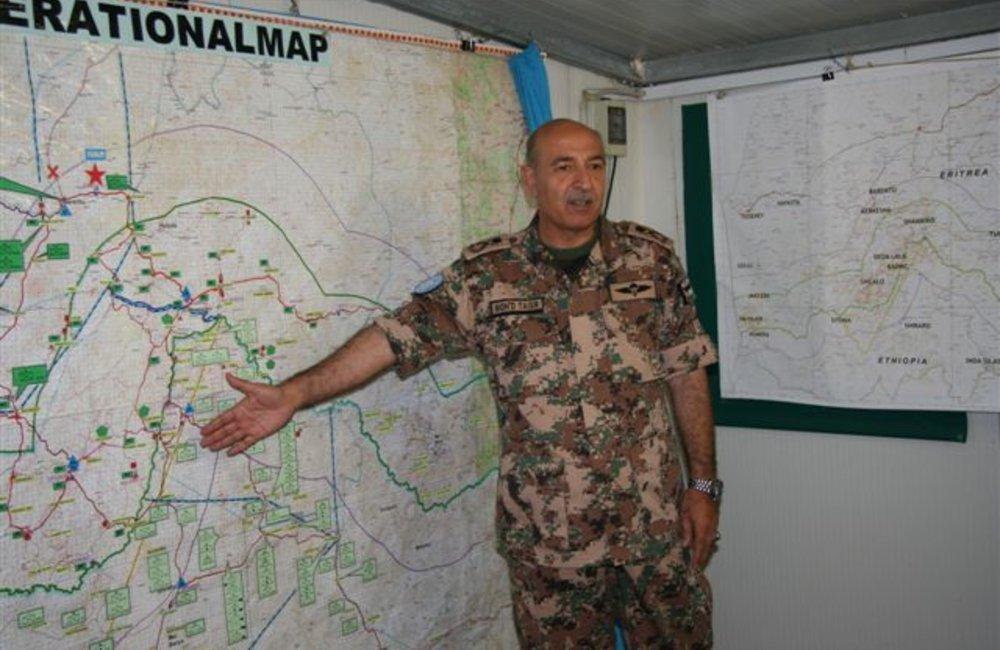 Force Commander Major General Mohammad Taisir Masadeh (Jordan) briefs peacekeepers at the Jordanian Headquarters in Barentu, Eritrea (UNMEE Photo: Ian Steele)