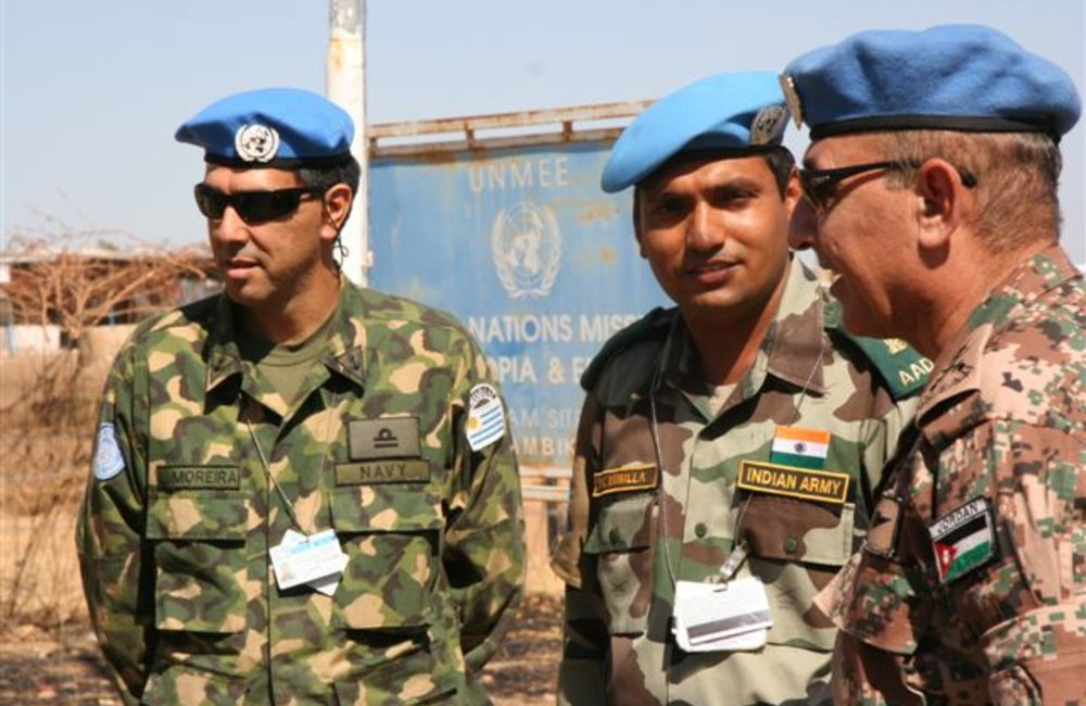 Force Commander Major General Mohammad Taisir Masadeh (Jordan) with peacekeepers from the Indian Batallion (INDBATT) and Uruguayan contingent, in Shambiko (UNMEE Photo: Ian Steele)