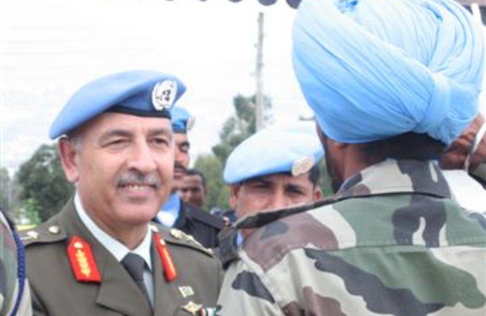 Force Commander Major General Mohammad Taisir Masadeh (Jordan) congratulates a peacekeeper of the Indian Batallion in Adigrat, 4 August 2007(UNMEE Photo: Ian Steele)
