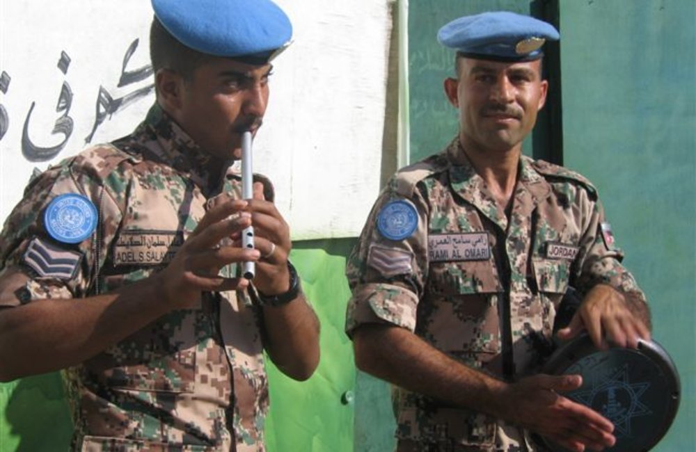 Members of the Jordanian Task Force entertain fellow peacekeepers at the Shilalo Team Site in Eritrea, on 29 November 2007 (Photo: Ian Steele)