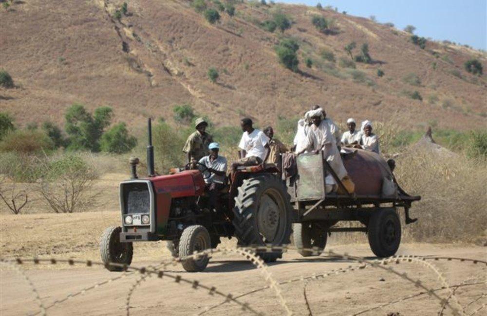 Passing traffic near the Maileba team site, Eritrea 28 November 2008 (Photo: Ian Steele)